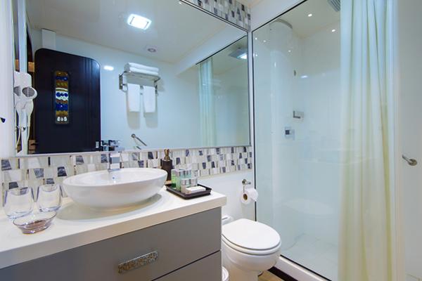 Alya Yacht Galapagos - bathroom