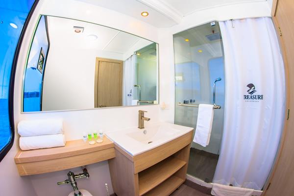 Ensuite bathroom - Treasure of Galapagos Cruise Yacht
